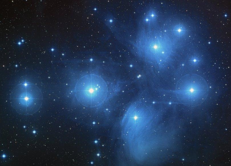 «Pleiades large» por NASA, ESA, AURA/Caltech, Palomar ObservatoryThe science team consists of: D. Soderblom and E. Nelan (STScI), F. Benedict and B. Arthur (U. Texas), and B. Jones (Lick Obs.) - http://hubblesite.org/newscenter/archive/releases/2004/20/image/a/. Disponible bajo la licencia Dominio público vía Wikimedia Commons.
