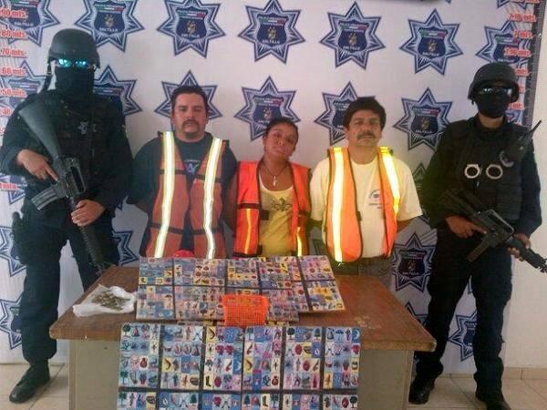 Valientes policías detienen a un cartel de corredores de apuestas: Les confiscaron $90 en monedas de cincuenta centavos, 16 tablas de lotería, una caja con piedras y el kilo de frijoles que servía como premio al ganador.